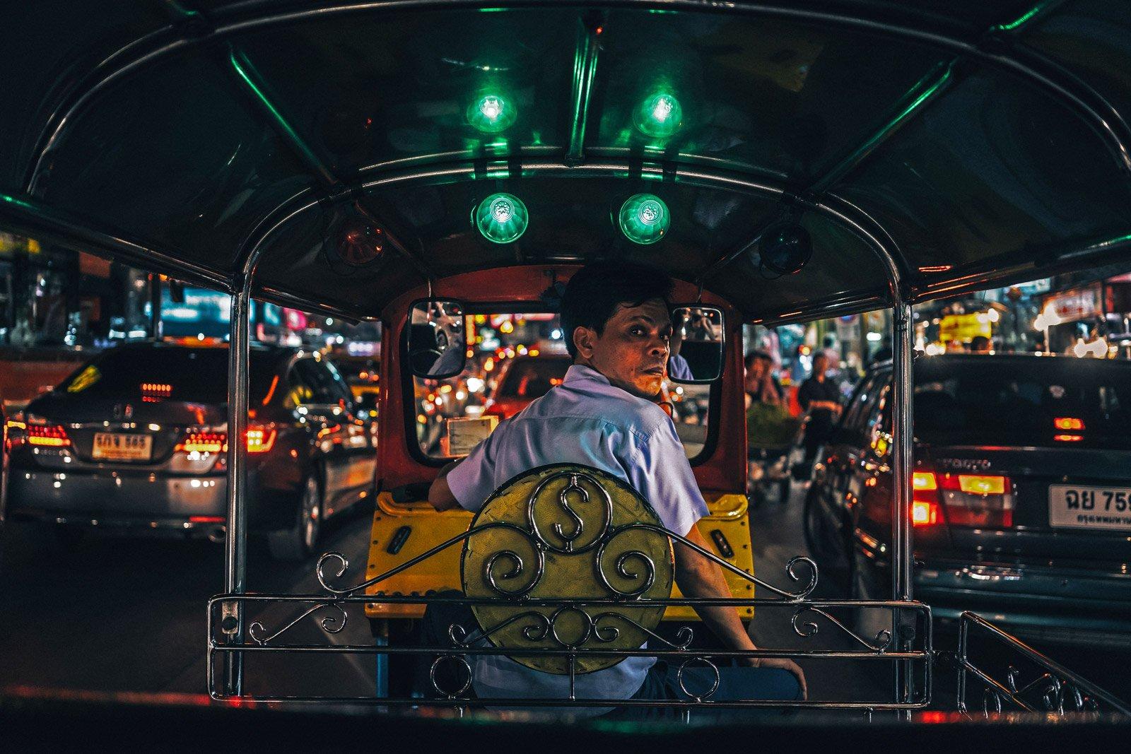 la Tailandia è da sempre considerata come una meta adatta ai nomadi, nella foto un autista su un tipico tuk tuk