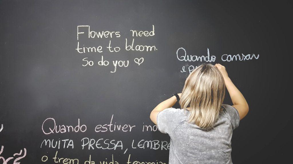 Prof alla lavagna scrivendo in varei lingue