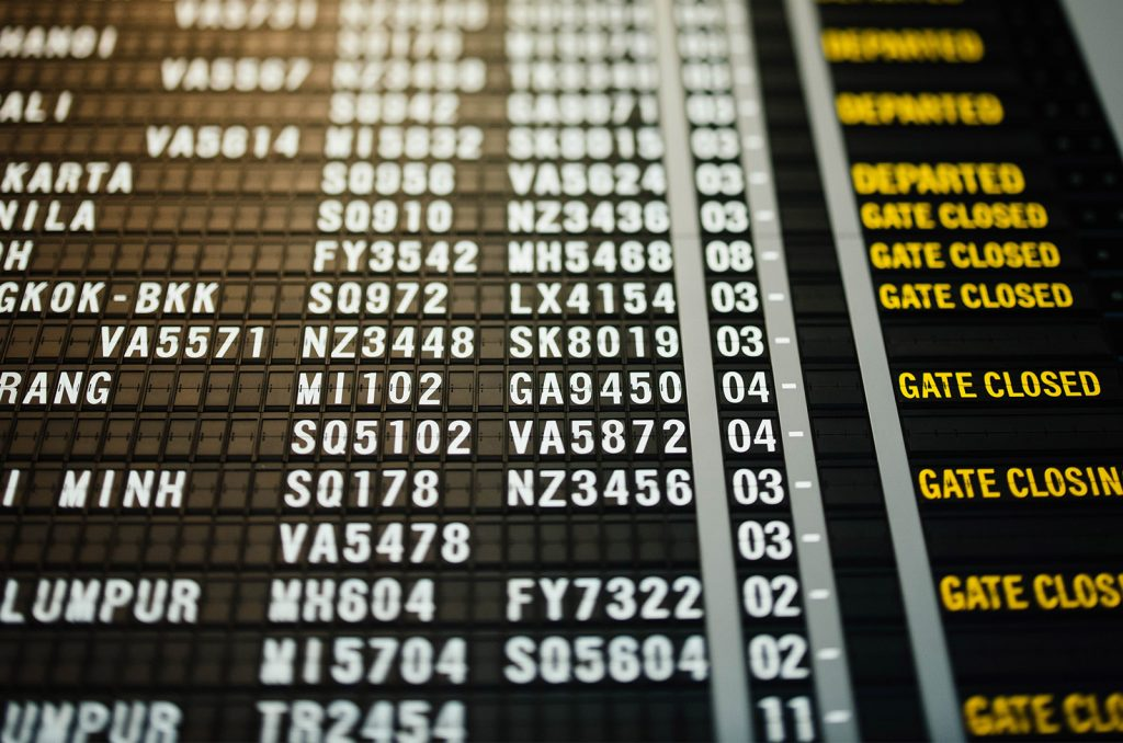foto del pannello dei voli in aeroporto