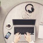 laptop e tazza di caffè per lavorare su fiverr e guadagnare online