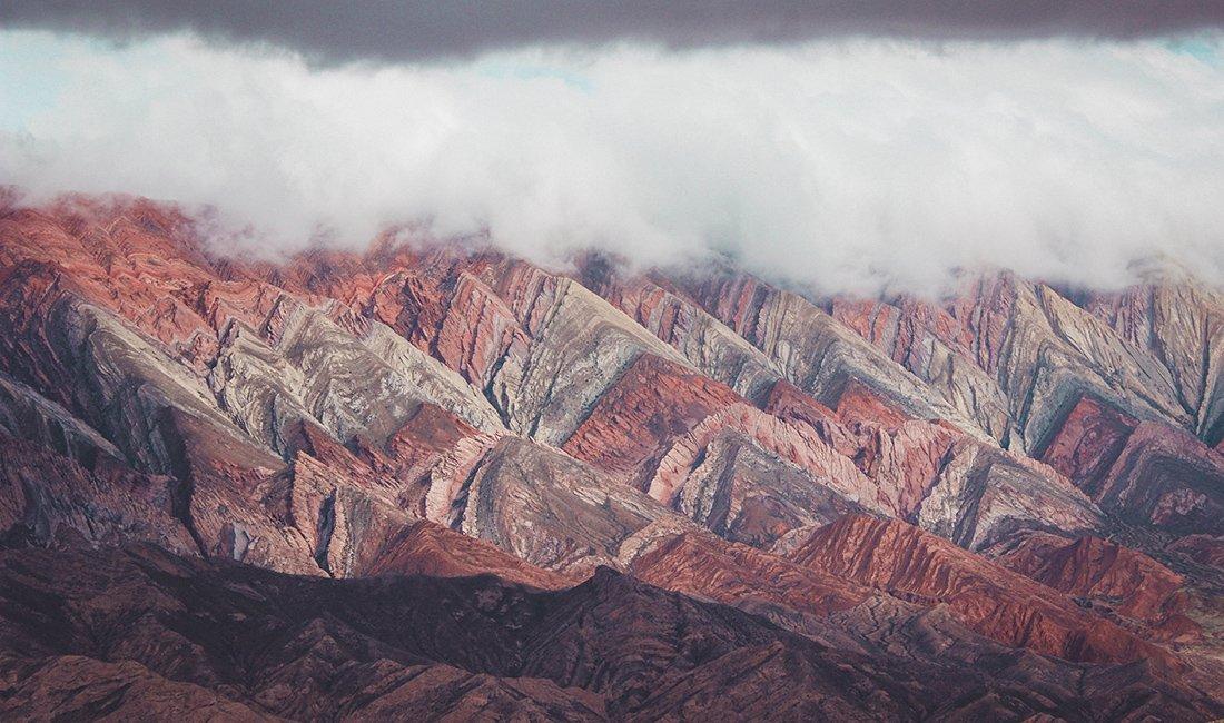Vista delle montagne dei 14 colori annuvolate al Nord dell'Argentina, Jujuy