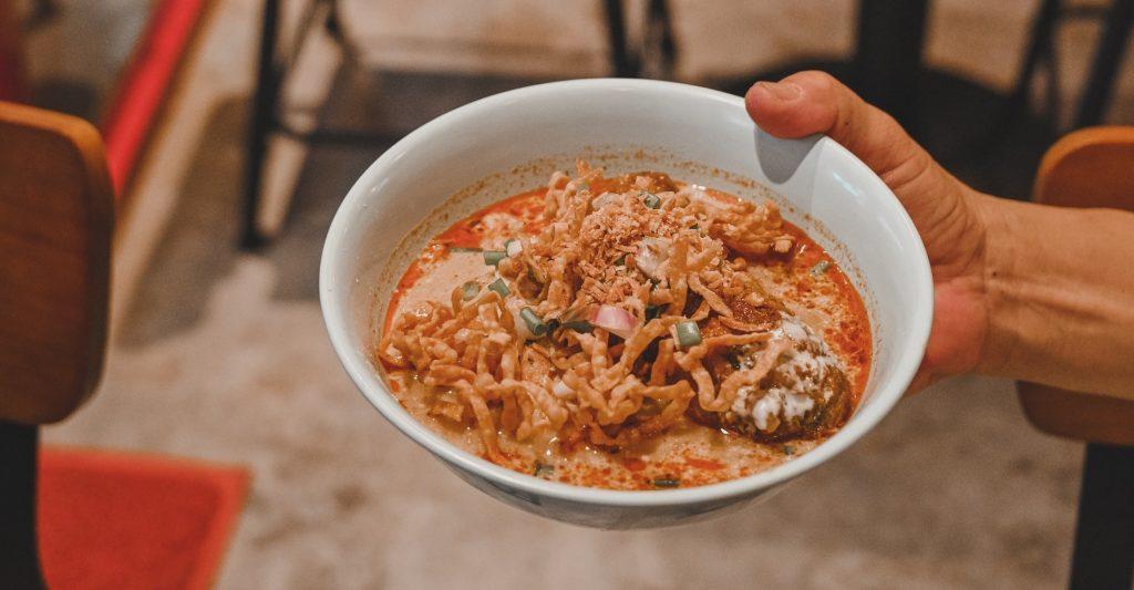 Un plato de Kaho Soi que tiene una pinta increíble