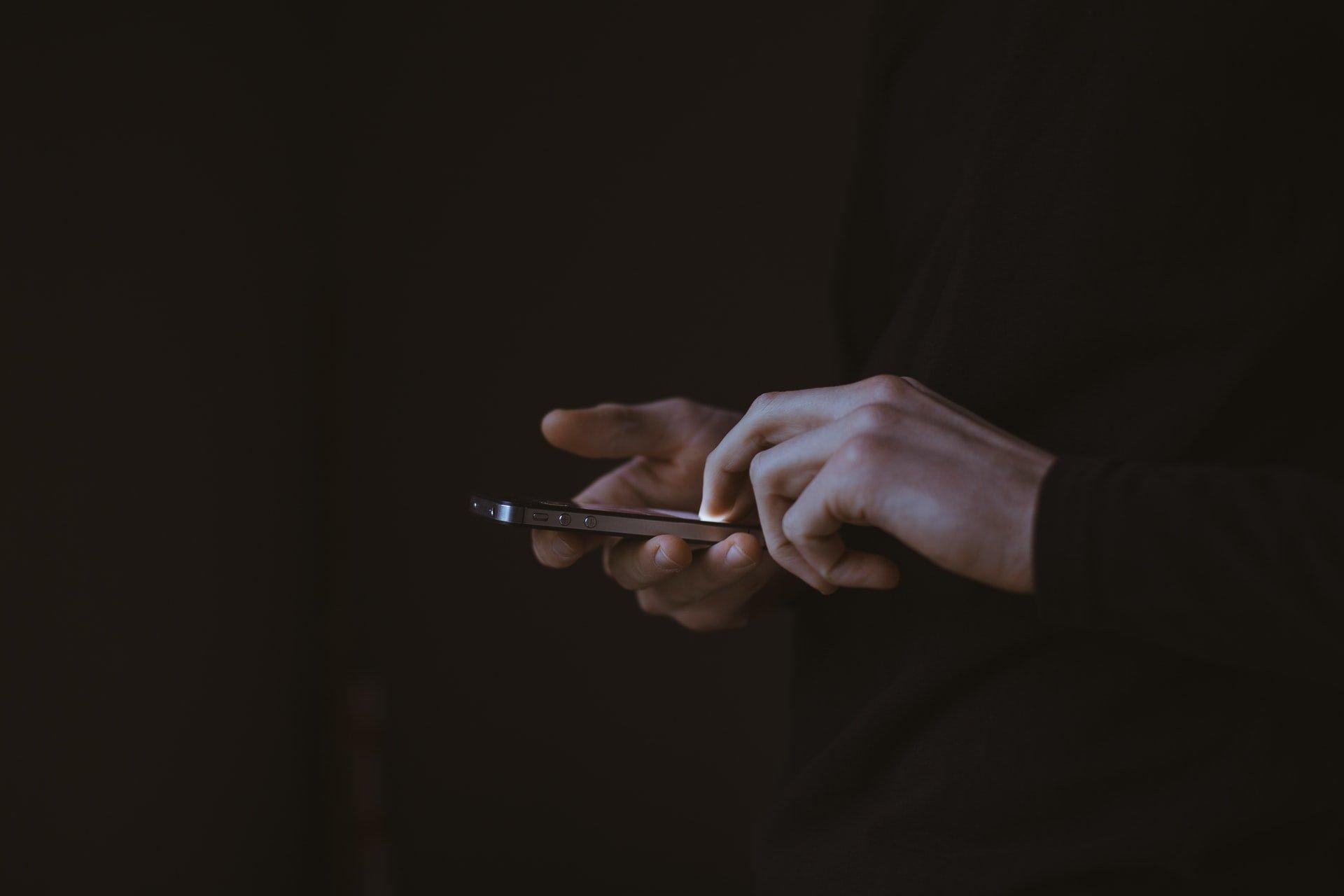 il minimalismo digitale evidenza il lato oscuro dei social spiegato in una foto